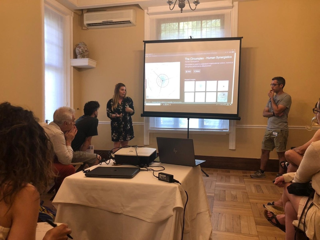 María Sierra y yo en el AOS, hablando de cultura de empresa y el Circumplex Model.